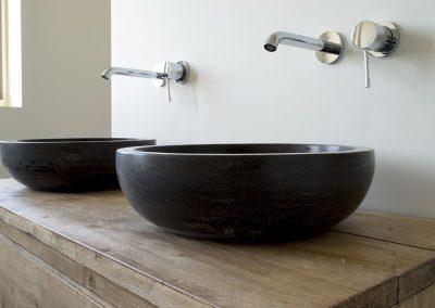 Stenen waskom met badkamermeubel van steigerhout