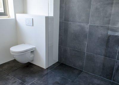 Hang wc en inloop douche met antraciet vloertegels