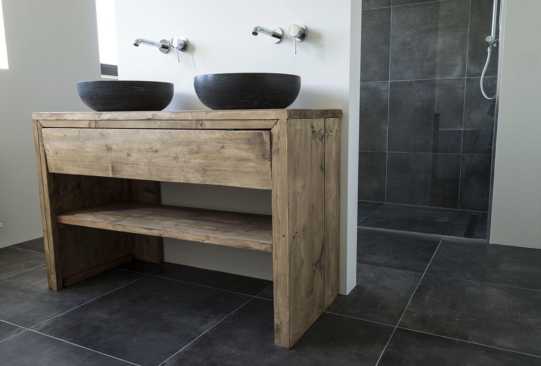 Stenen waskom met badkamermeubel van steigerhout en antraciet vloertegels