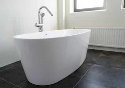 Vrijstaand bad met antraciet vloertegel