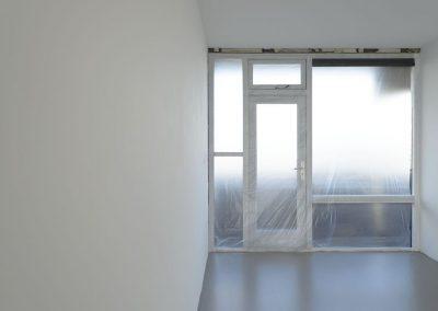 Witte wand met polyurethaan betonlook vloer