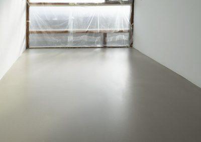 Licht grijze vloer van egaline en transparante vloercoating