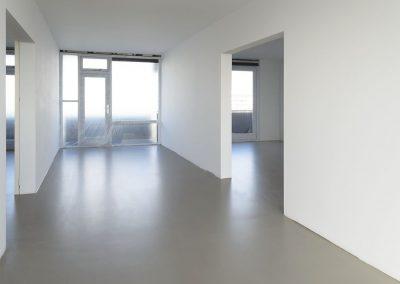 Vloer met betonlook vloer van egaline en transparante vloercoating