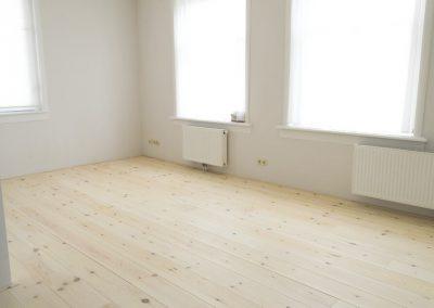 Woonkamer met een lichte grenen vloer