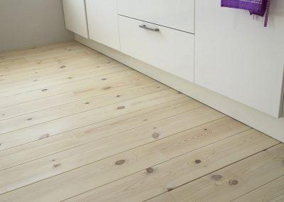 Aansluiting grenen vloer op de keukenplint