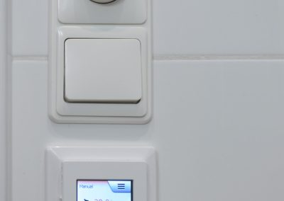 Witte wandtegels met Schlüter Ditra Heat thermostaat